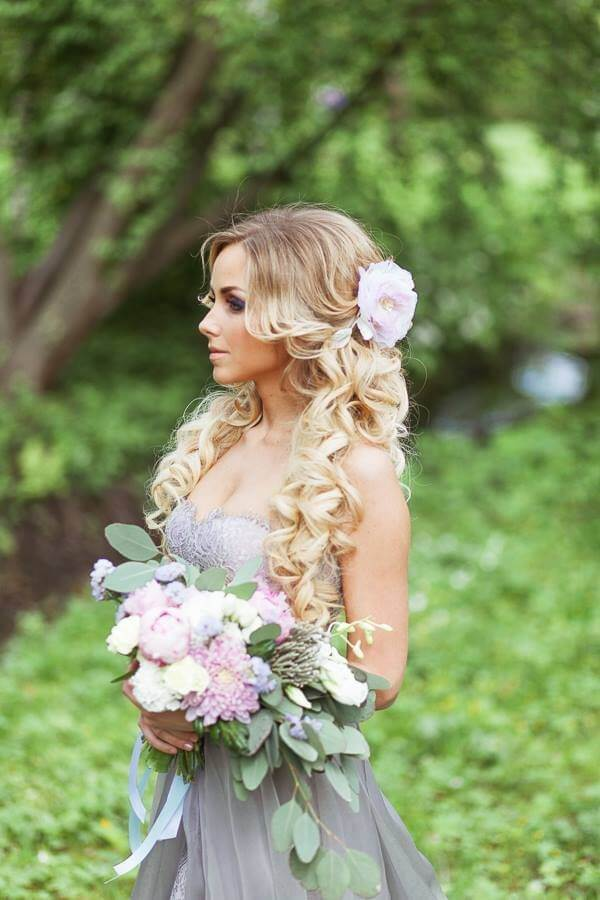 If you would like natural and romantic wedding hairstyle, then you should definitely opt for something like this. #wavyhair #hairstyle
