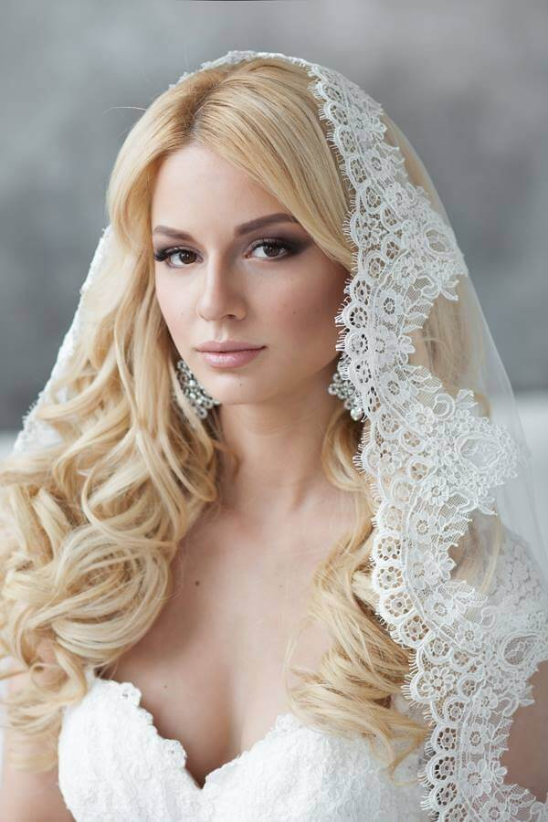For more traditional look, add a veil. #wavyhair #hairstyle