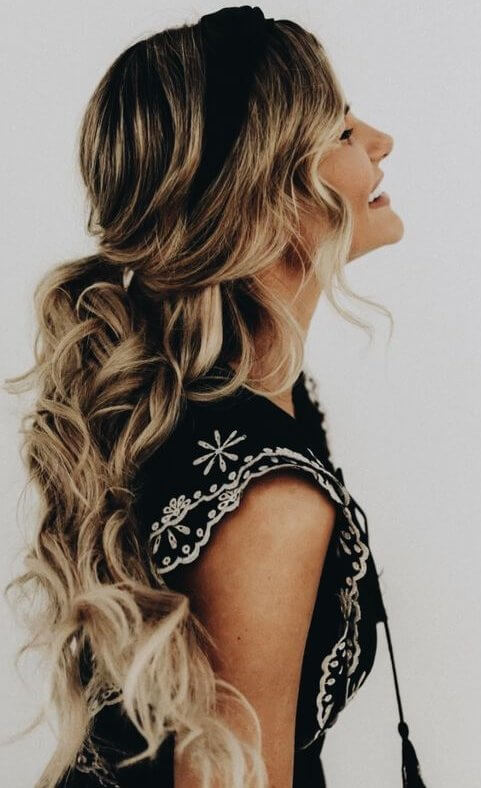 Half-up ponytail will be your first choice when it comes to casual and everyday hairstyles. #wavyhair #hairstyle