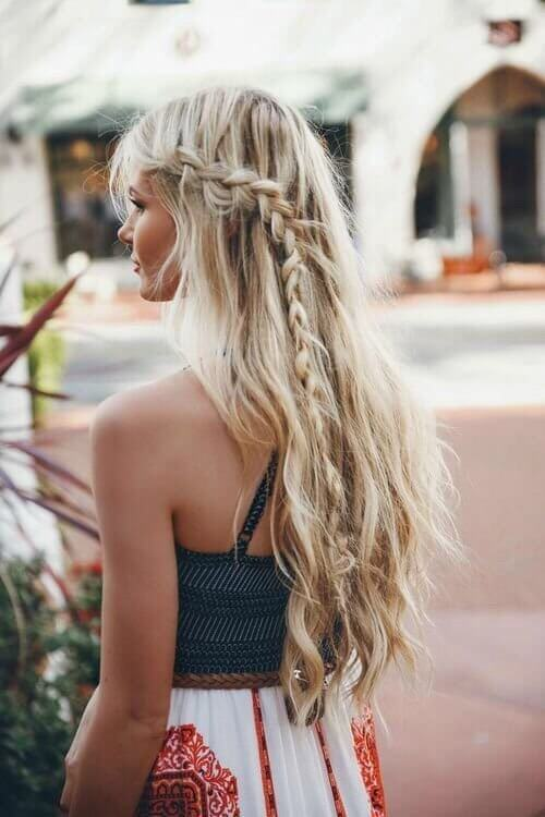 You can also opt for a mix of bohemian and perfect summer casual hairstyle. #wavyhair #hairstyle