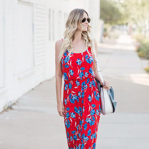 Floral print in patriotic colors has never looked better! Maxi dresses are perfect for hot summer days, so don't hesitate to buy something like this for a holiday celebration. #4thofjuly #outfits