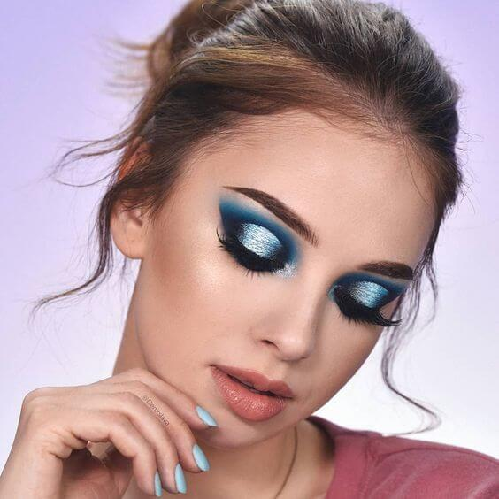 Amazing blue makeup. This is, however, quite difficult to achieve.