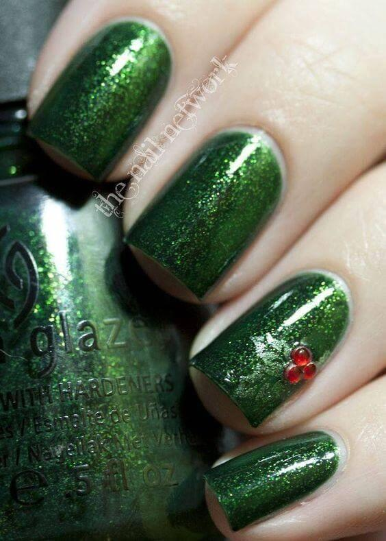 Christmas tree on your nails? There is no better way to revive the spirit of winter holidays. #winternails #naildesign