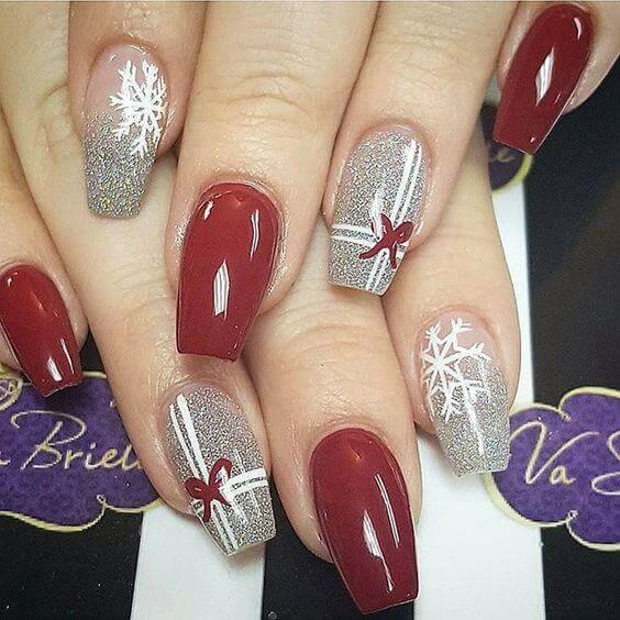Packing gifts is one of the most joyful things to do in winter time. You can even map your nails with little bows. #winternails #naildesign