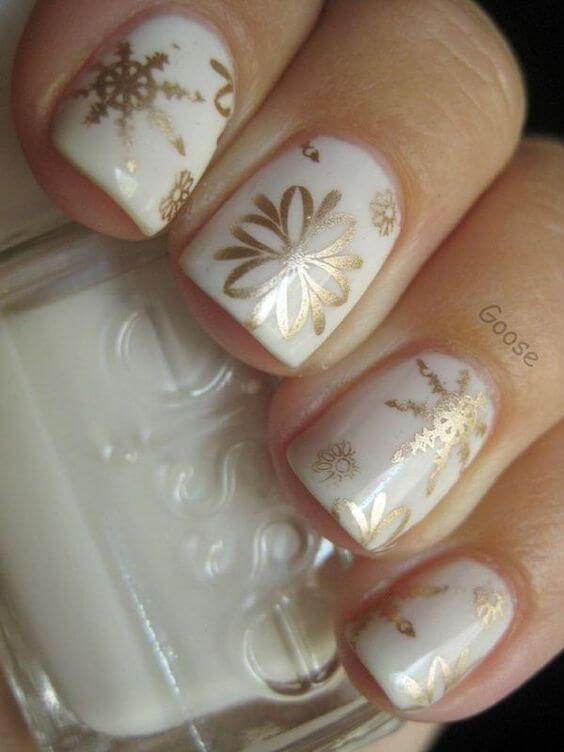 If you are a fan of delicate and kind of minimal nail designs, but you want to make it winterish, then mix white and gold. #winternails #naildesign
