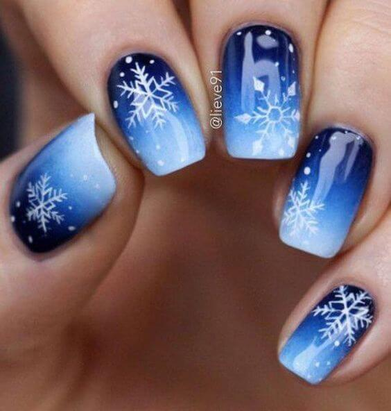 Ombre nails look very interesting and fashionable. Add white snowflakes, and you are Christmas ready. #winternails #naildesign