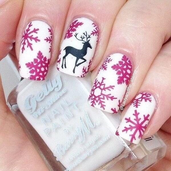 Not all holiday nail design needs to be in red or green. It is also possible to decorate your nails in pink. #winternails #naildesign