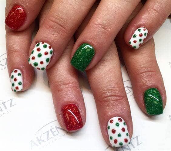 Glitter polka dots look like a fantastic idea for your Christmas nail decoration - polish it in combination with green and red. #winternails #naildesign