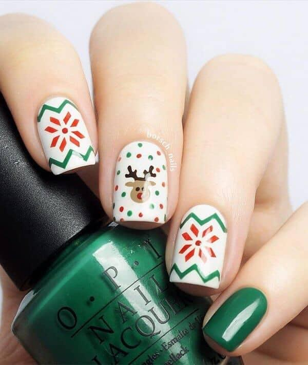 Minimalistic combination of green, red, and white can make you look pretty while your makeup will be eye-catching. #winternails #naildesign