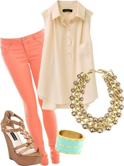 Bright sleeveless blouse and light orange skinny jeans with a gold chain and mint bracelet as an accessory, completed with a pair of gorgeous wedges