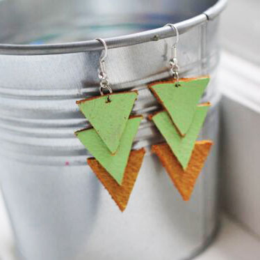 Triangle earrings are stacked to form chic earrings