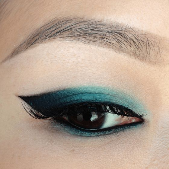 This cat eye has a teal accent to it
