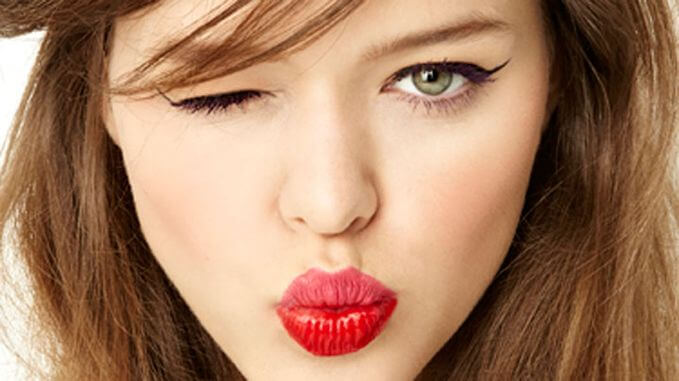 Model is using pink lipstick on the upper lip and red lipstick on lower lip