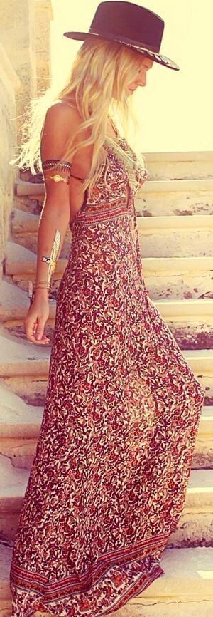 Woman standing at the sunset dressed up with floaty floral maxi dress (photo: blog.styleestate.com). Light, romantic and easy: perfect dress for a warm summer.