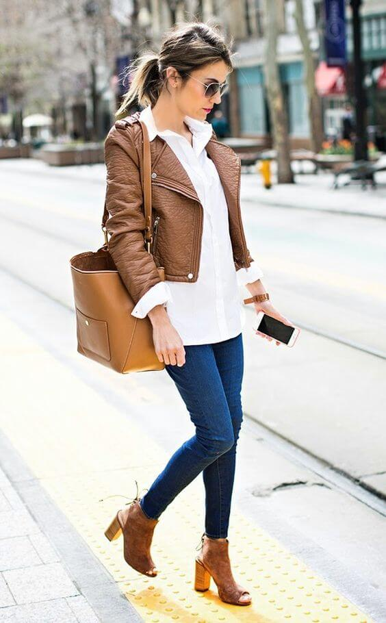 Street style: woman with leather handbag in an outfit with a pair of jeans