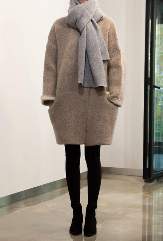 Cocoon coat combined with leggings.