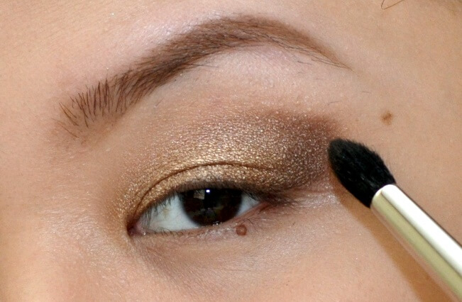 Defined outer V eyeshadow look on Asian eye with partial monolid