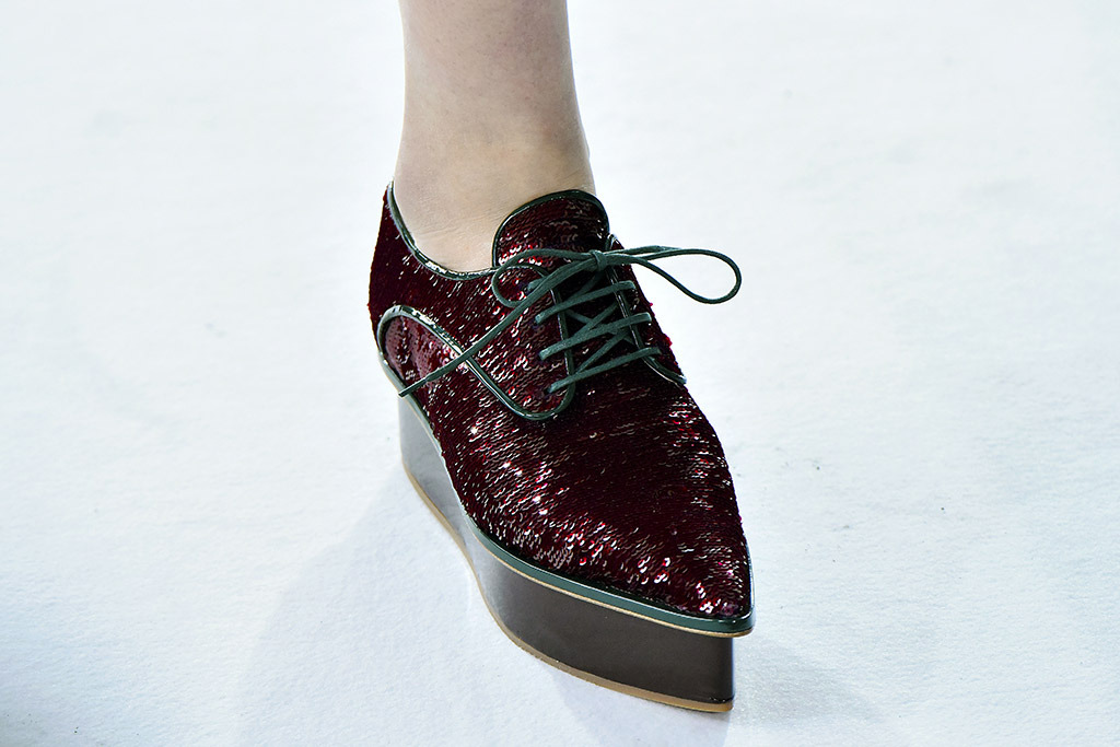 Oxford style shoes in burgundy with metallic details, pointy toe and platform