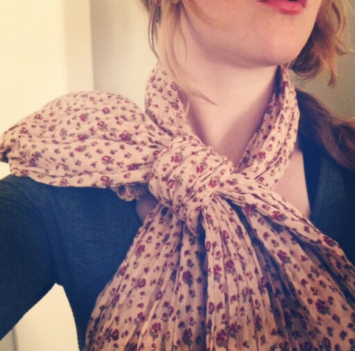 Cute and uncommon way to wear your scarf: a bow!