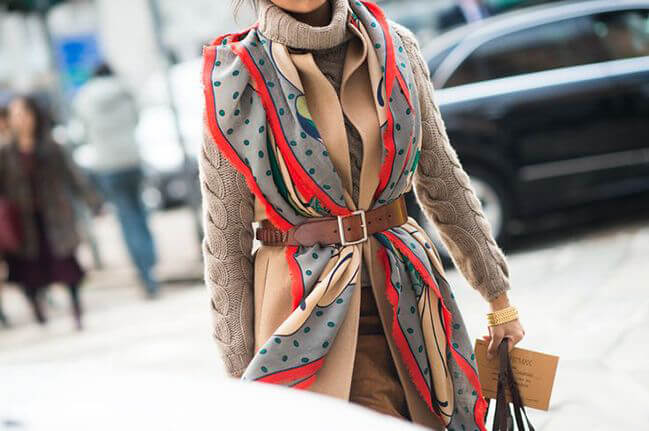 Super stylish: tuck your scarf under your belt!