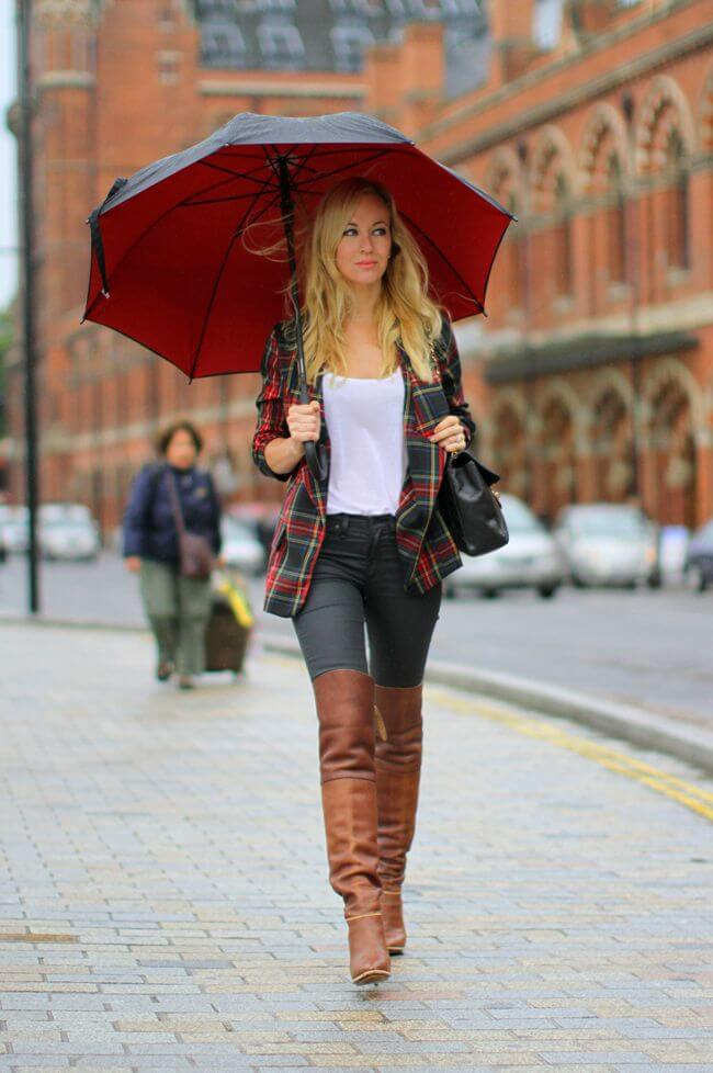 Blondie wearing over the knee boots, super skinny jeans and green checked blazer. Prepare an umbrella, and the spring can't surprise you.