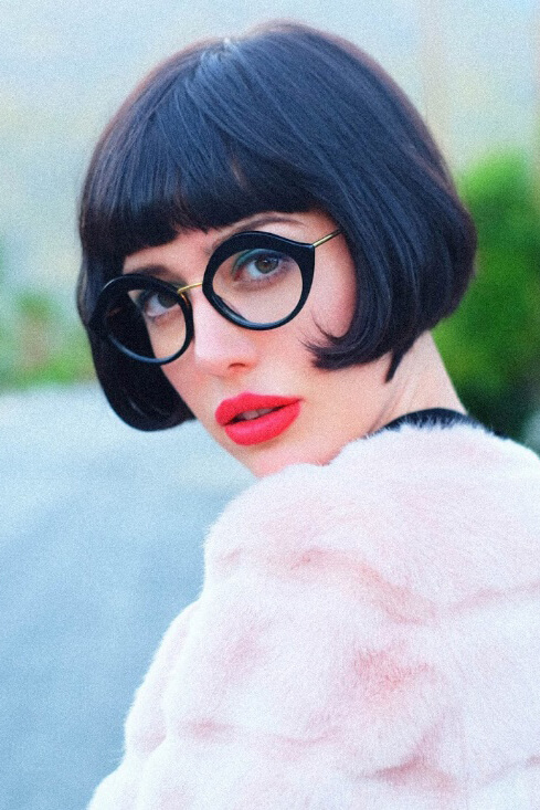 Fashion blogger Amy Roiland turns heads in her black, flapper-inspired short bob.