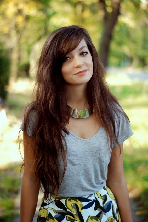 Worn with a long, wavy chestnut brown 'do, fashion blogger Sonja embodies messy-chic.
