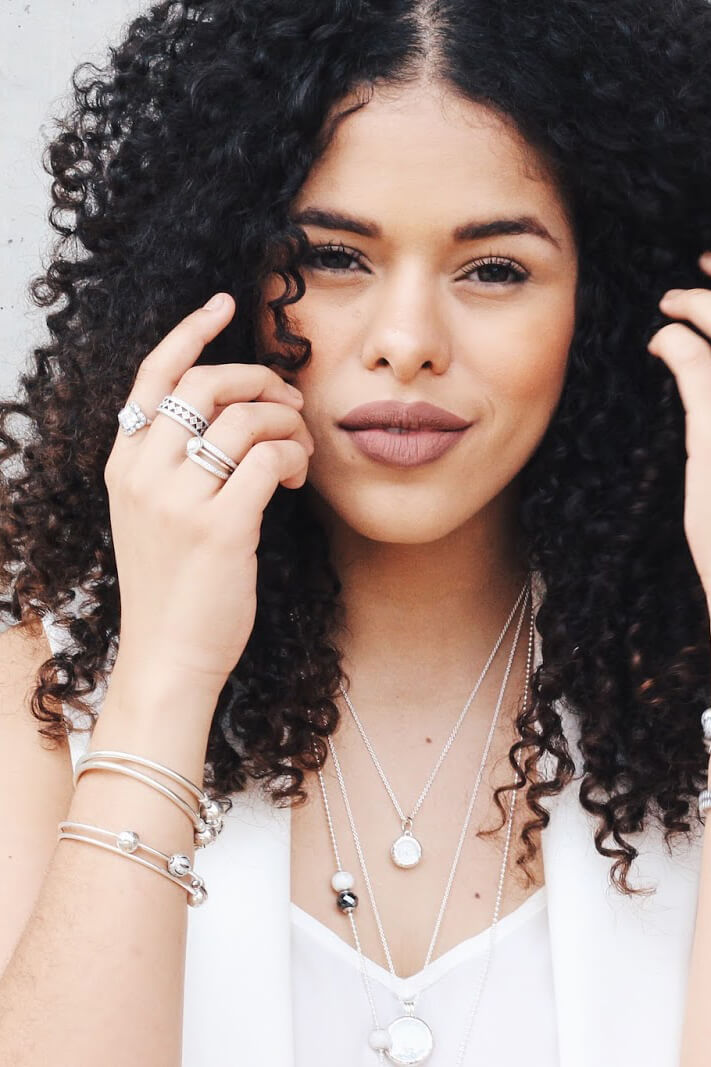 Brazilian blogger Rayza Nicácio's dark brown curls reach just slightly past her shoulders in this fantastic natural hairstyle.