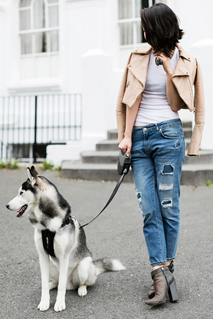 Rock chic outfits are not always black, and on the contrary, they can manage to look subtle. This girl masters that definition!