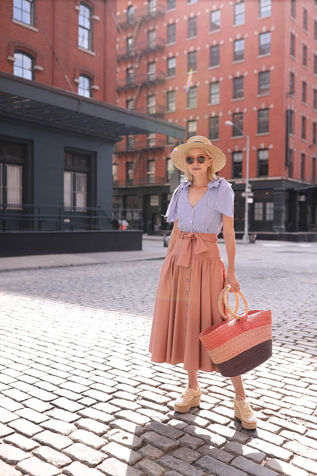 This is all about being the vintage muse – the straw tote bag and bow waist flouncy skirt make everything so gentle!