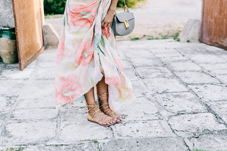 Maxi dress with flower pattern worn with flat gladiator's sandals. Gladiator's sandals are comfortable, light and amazing like in the ancient Rome times.