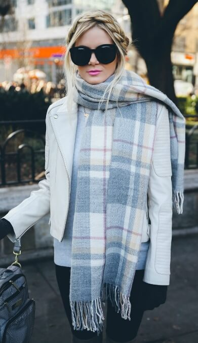 Bold, dramatic colors may be all the rage. But for a more elegant take on the trend, go for soft gray and pale pink, like in this cozy cashmere scarf.