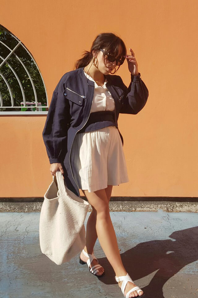 Forget about mom jeans for a moment and pursue a romantic appeal of the navy and white combo!
