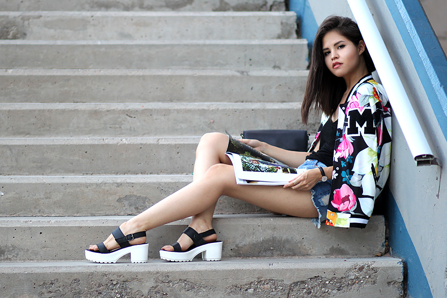 20 pretty outfit examples with floral jackets. These light and colorful jackets are perfect for chilly spring or summer evenings.
