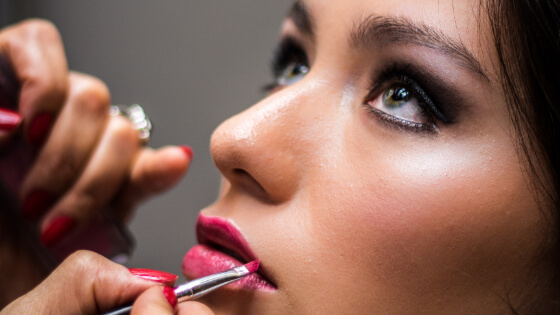 Habits and choices in our makeup routines that must better be avoided. Find out surprisingly common beauty mistakes that you should avoid at all costs. Whether it was by ignorance, laziness, or other reasons - here is the time to change. #beautymistakes #makeuptips