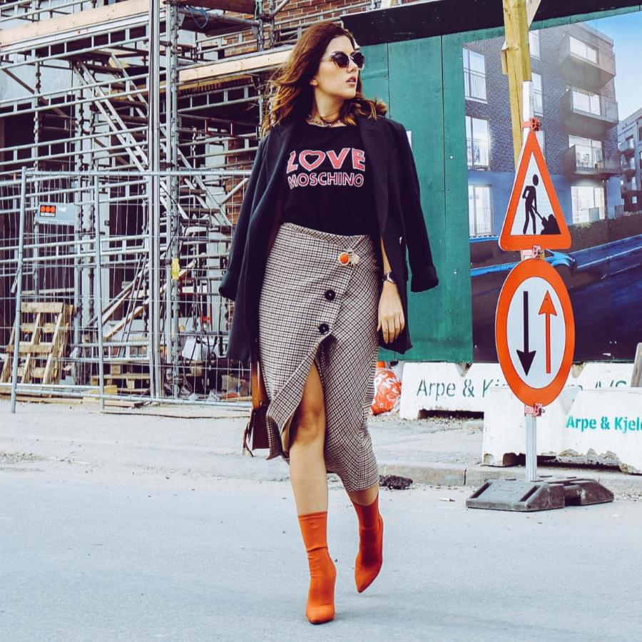 Summer work outfits: stylish woman on the street