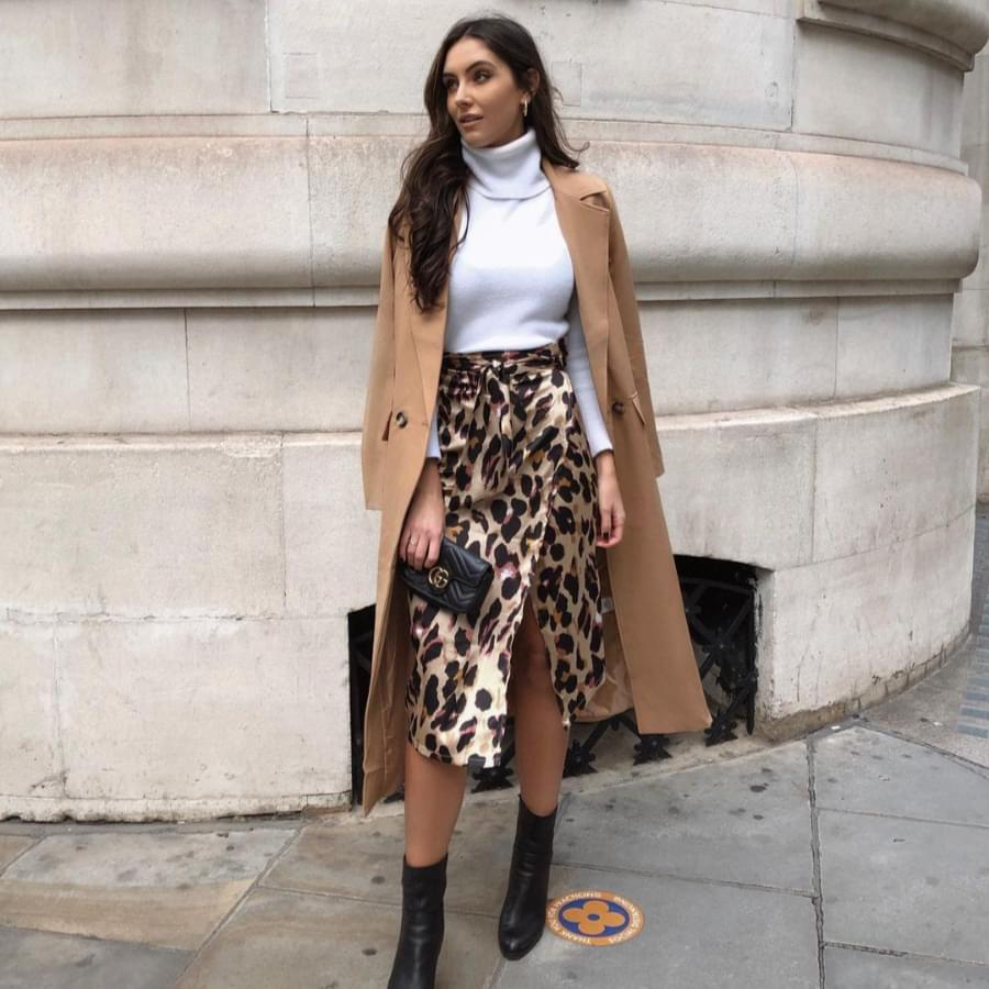 How to style trench coat: woman wearing a stylish trench coat