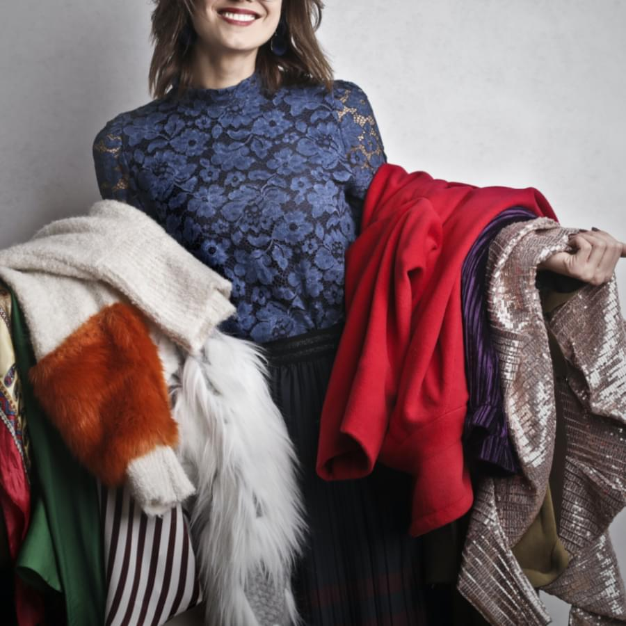 Woman holding clothes. What is fast fashion? Why is it bad? What are the alternatives to fast fashion?