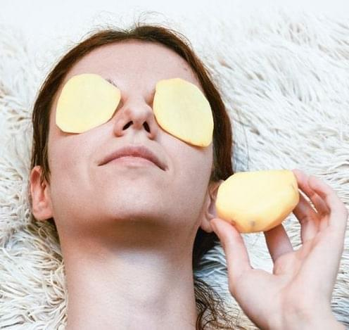 Get rid of eye bags naturally with a potato